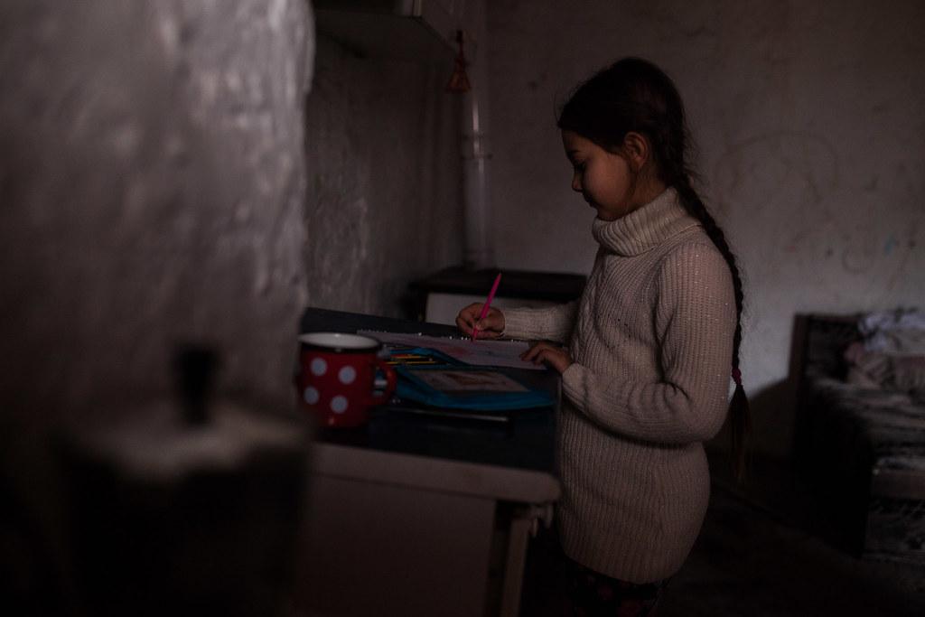 Anna lánya rajzol az ablakból beszűrődő utolsó délutáni fénynél. A palackra rögzített LED-sort az akkumulátorra kötve tudják bekapcsolni. | Fotók: Magócsi Márton