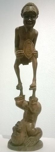 Jännittävä teos kansallisesta taidemuseosta Maputosta. Tekijä: Mukumbuza. Ei nimeä - 1983. Umbila-puuveistos. 85x28x22cm. Exposição do Museu Nacional de Arte, Maputo, Moçambique.