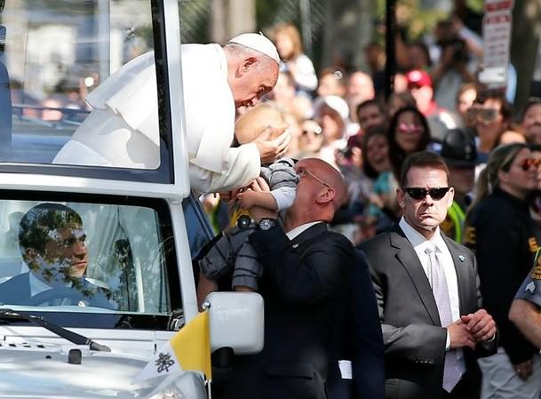 Aclaman al Papa a su paso por las calles de Washington