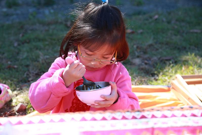 寶妹野餐中