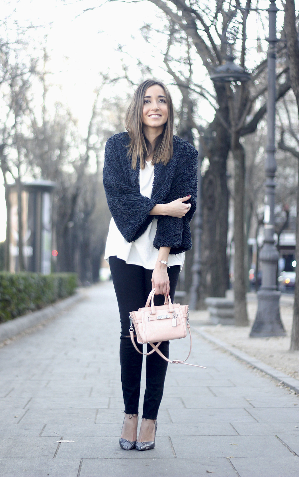 black jeans, coach bag, outfit, style, heels, white t-shirt, Fur Effect Jacket, uterqüe05
