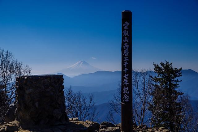 記念碑と富士山