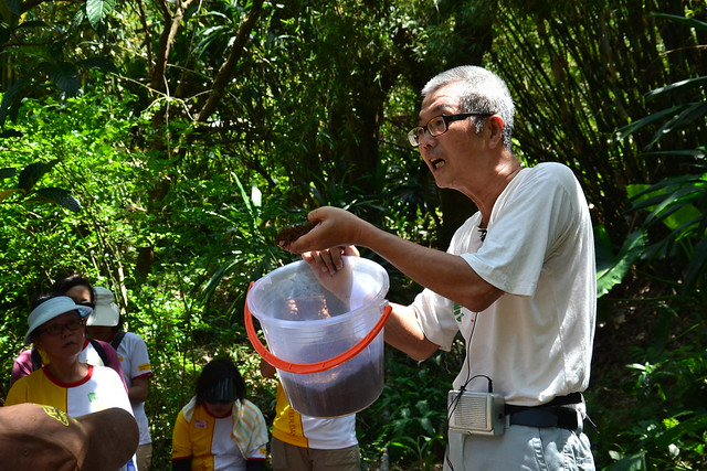 阿里磅農場王德昌老師正在和志工講解菌水的製作流程。攝影:陳千智