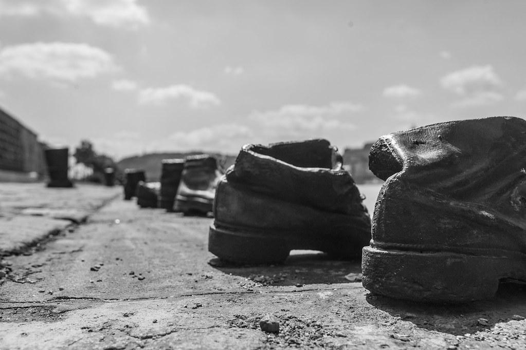 Zapatos en el Danubio-2