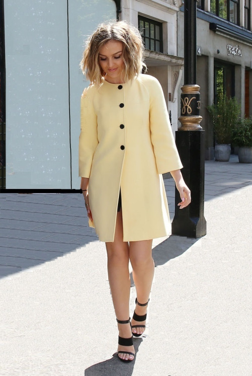 yellow-Zara-bell-sleeve-coat-river-island-three-strap-sandals, Lemon trench coat, lemon duster coat, raincoat in a mustard yellow,<br />how to guide on how to wear yellow, how to guide on how to wear yellow coats, Yellow fur coat, oversize fur coat