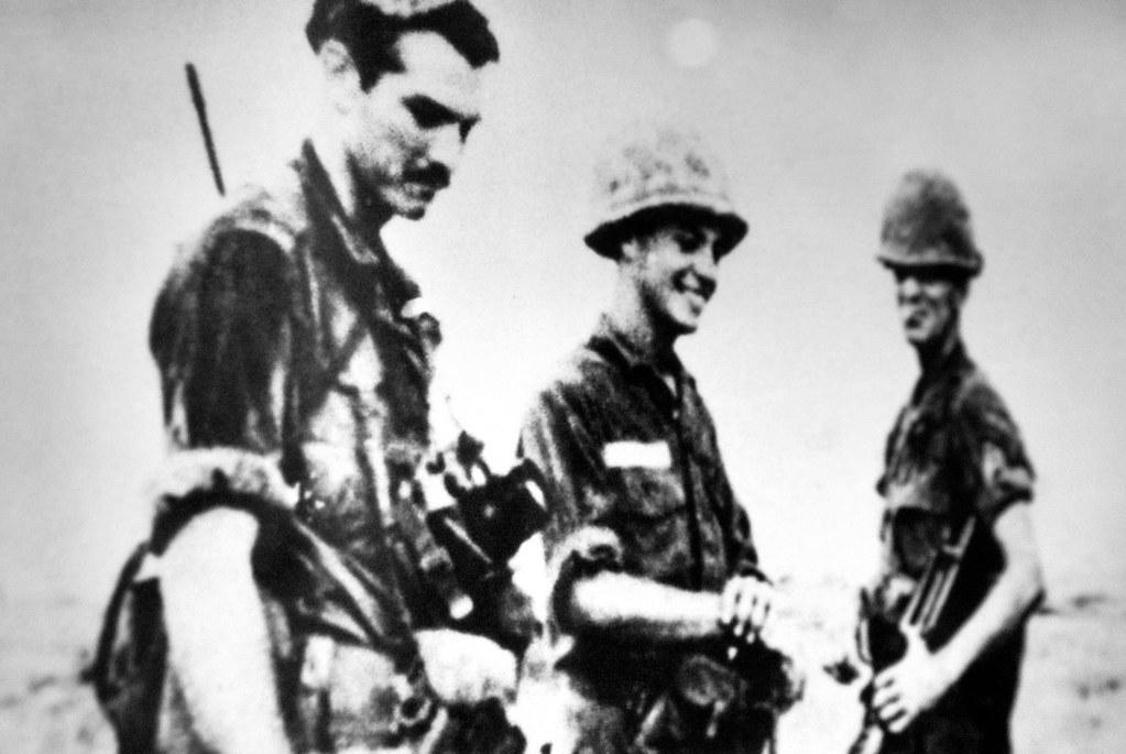 Photos de soldats américains devant des cadavres vietnamiens au musée de la révolution d'Hanoi.