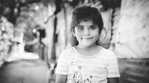 jon rach photography girl elsalvador salvadorian child street elrosario portrait impromptu bw blackwhite happy smile bokeh sony alpha a850 sonya850 alpha850 minolta 28105mm classicglass rural alphamount amount road travel