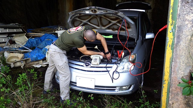 HAWK MISSILE SITE CAR REPAIR SPECIALIST USING A MODIFIED TOWEL RACK TO HYDROLIZE THE SWING BOLTS
