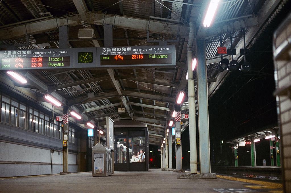 三原駅 みはら - Mihara, Hiroshima 2015/08/29 晚上從廣島機場搭公車到三原轉火車前往尾道,可是下一半的末班車要 22:30 才會抵達,在月台上拍一下時間紀錄。  Nikon FM2 / 50mm FUJI X-TRA ISO400 Photo by Toomore