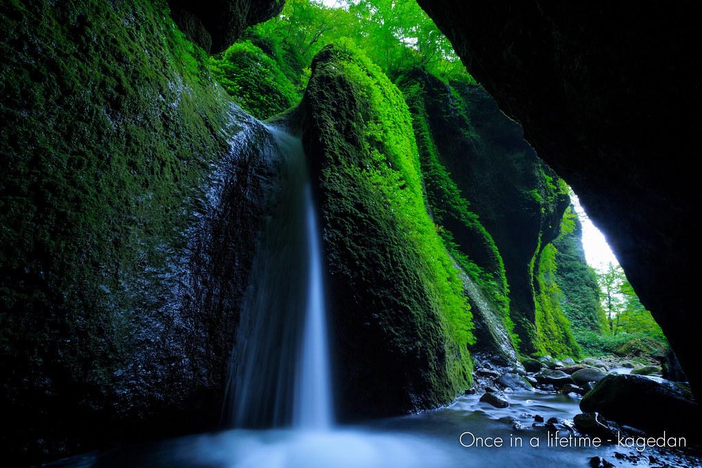洞窟に流れ落ち