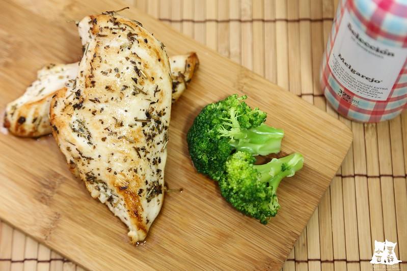 【橄欖油料理食譜】梅爾雷赫頂級冷壓初榨橄欖油,嫩煎香草雞胸,低脂肪的美味料理。