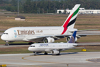 Emirates A380 y United A320 en IAH (Juan Carlos Guerra)