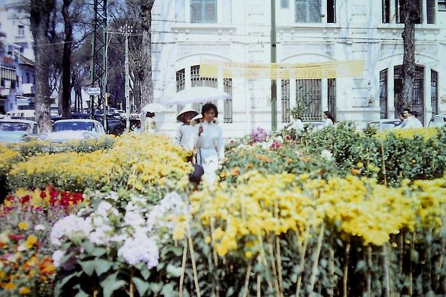 Saigon Feb 1967 - Chợ hoa Tết Đinh Mùi - Tòa nhà góc Nguyễn Huệ-Ngô Đức Kế