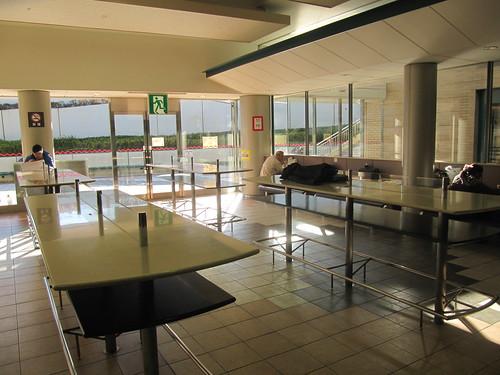 中山競馬場の内馬場ファーストフードプラザの立食テーブル