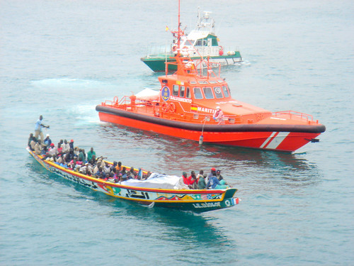 Cayuco con inmigrantes (Boat with subsaharian inmigrants).
