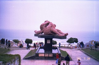 Lovers Statue by the beach in Lima