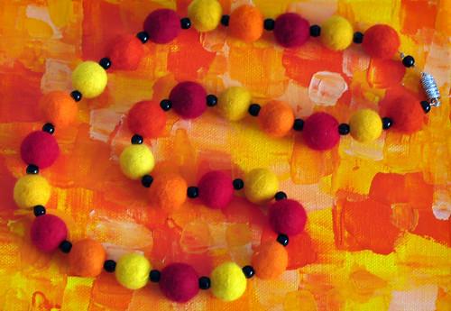Filz filzen Filztechnik Filzkugeln Filzkette orange rot gelb Foto Brigitte Stolle September 2015