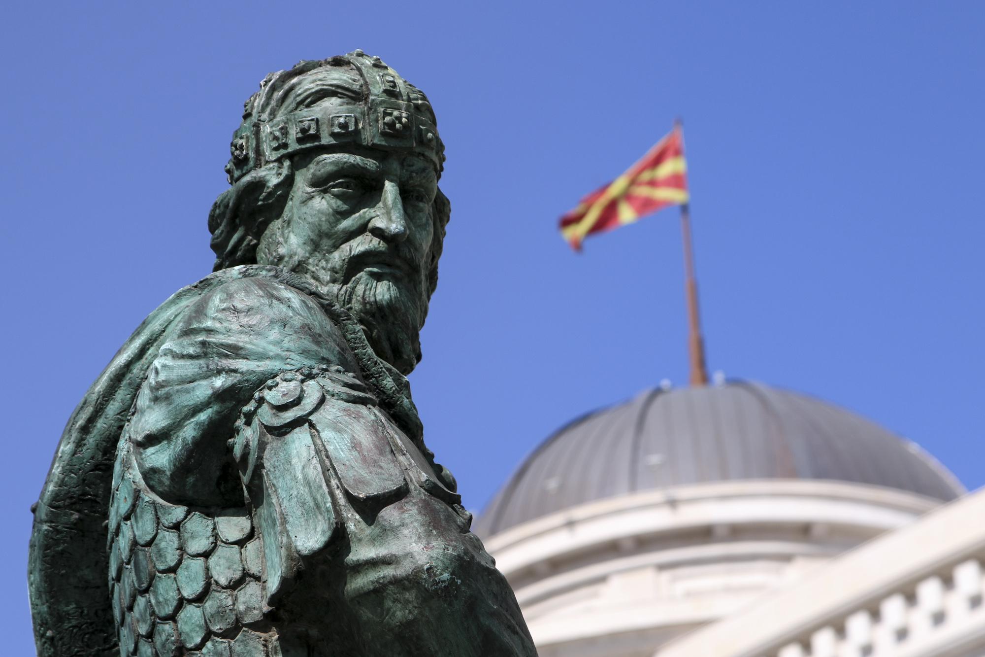 skopje skopjen pääaukio makedonian lippu skopjen nähtävyydet