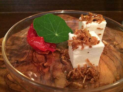 玉ねぎのパンナコッタ バルサミコ酢のソース トマトのマリネとナスタチウム@イルトラム