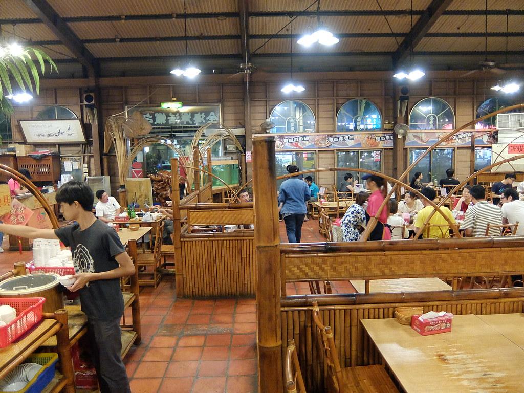 餐廳內一景,這麼多年來似乎沒什麼變,不過用餐人倒是變多了...翻翻2006年的照片,感覺沒這麼多用餐人潮啊....