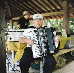 accordion(1.0), musician(1.0), folk instrument(1.0), garmon(1.0),
