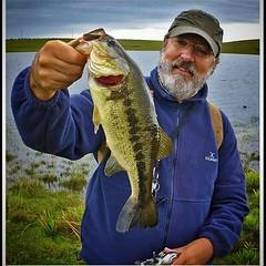 Ruy Varella com um black bass fisgado na Serra Gaúcha. #pescaamadora #pesqueesolte #baitcast #fly #pescaesportiva #sportfishing #blackbass #blackbassfishing #bass #bassfishing #serragaucha #flyfishing #fish #fishing #angler #anglerapproved #monsterfish #b