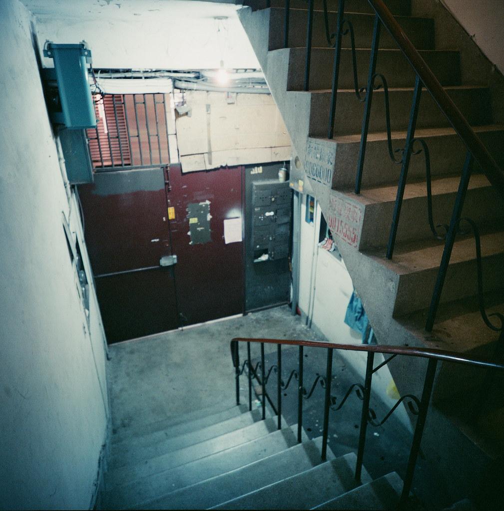樓梯 / Lomo LC-A 120 2015/11/01 突然很想拍 120 底片,找了一下午一直找不到想要的中片幅相機,只好先去買 Lomo LC-A 120 相機。  第一卷 Lomo 120 底片成果,通常第一卷底片都很隨意的拍,因為想要看最後呈現的效果如何,所以有的在樓梯間、重複曝光在浴室以及跑去台北火車站附近的華陰街拍大樓逃生梯。  120 底片好處就是不用裁圖就可以直接呈現在 instagram XD,唯一的缺點就是一捲只能 12 張!!拍的不夠爽快!但還是很好玩啦!  Lomo LC-A 120 Lomography Color Negative 800 120mm 2507-0003 Photo by Toomore