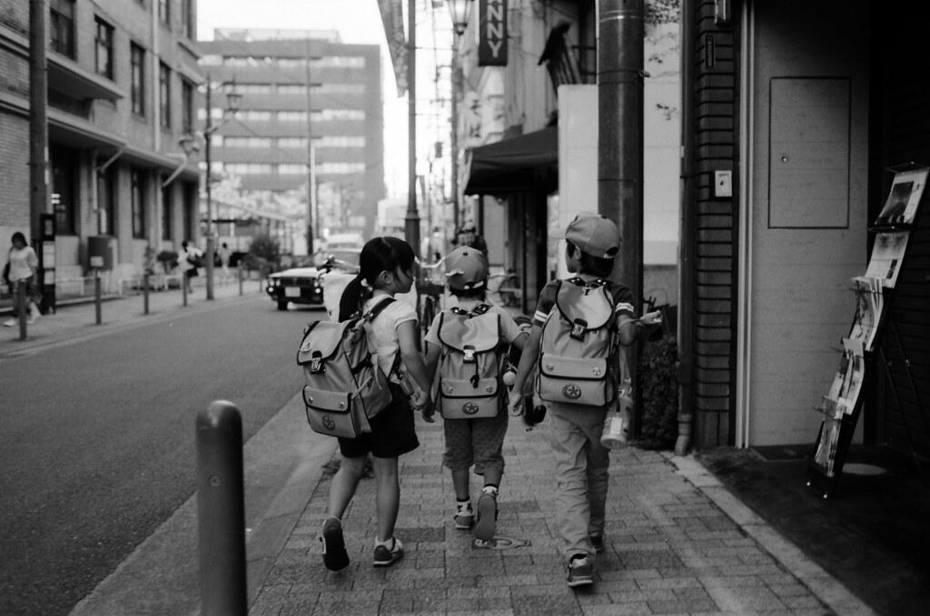小學生 Kyoto, Japan / Kodak 100 TMAX / Nikon FM2 2015/09/29 去看一個學生影展後,沿路走回本能寺的路上看到小學生放學,就偷偷地在後面拍了一張!  Nikon FM2 Nikon AI AF Nikkor 35mm F/2D Kodak 100 TMAX Professional ISO 100 1273-0009 Photo by Toomore