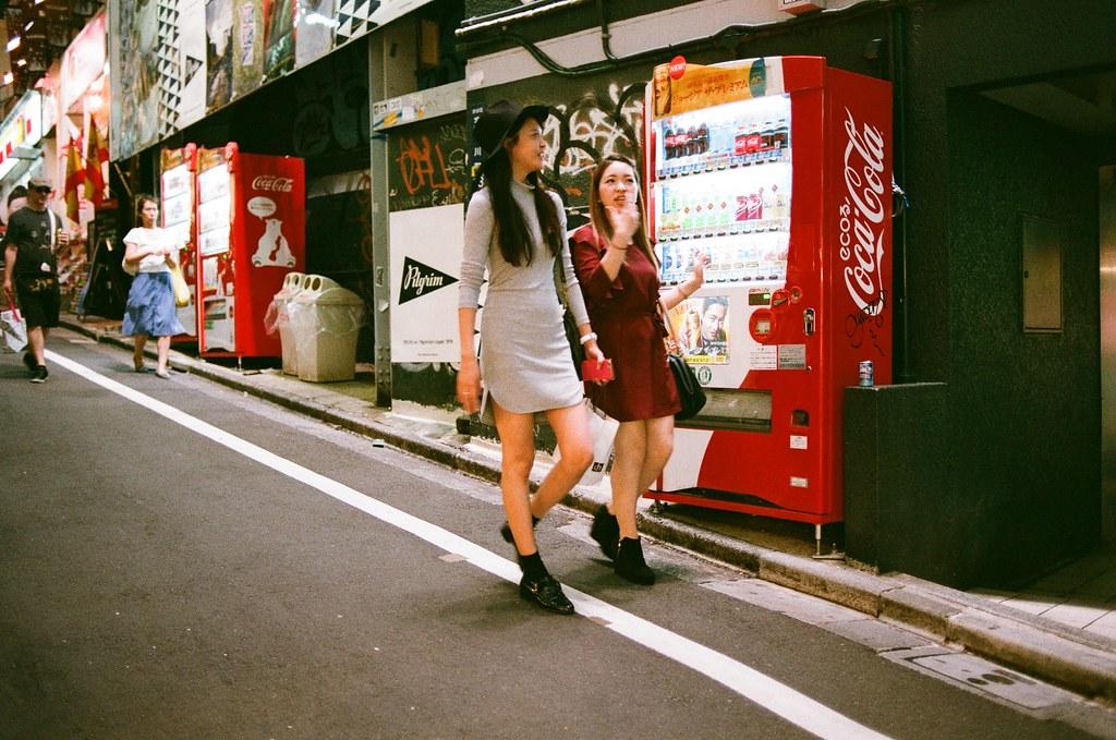 渋谷 斜坡 販賣機 Tokyo 2015/10/02 渋谷真的是個熱鬧的地方,去年(2014/09)自己去東京的時候也在這個斜坡拍了些照片,可是回來後沒有很滿意。再次來到這裡,就放慢步調拍攝。  這個斜坡很特別,牆面上都是塗鴉,暗暗髒髒的,但是一排的販賣機把這條斜坡照得很明亮!   Nikon FM2 Nikon AI AF Nikkor 35mm F/2D AGFA VISTAPlus ISO400 0998-0006 Photo by Toomore