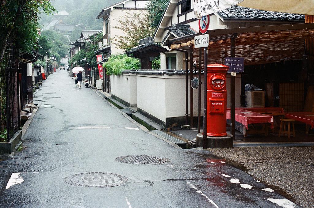 郵筒 嚴島(Itsuku-shima)広島 Hiroshima 2015/08/31 一個右轉往南往大聖院的方向。  Nikon FM2 / 50mm Kodak UltraMax ISO400 Photo by Toomore