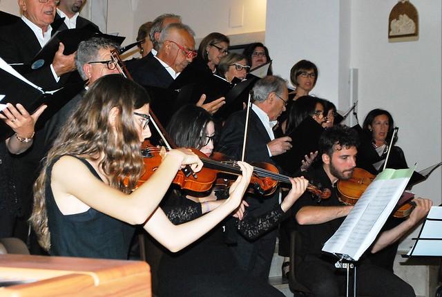 Rutigliano- Il coro della maestra Apollonio rende omaggio alle Nozze d'Oro della Parrocchia- (3)