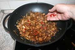 29 - Chilis in Wok geben / Add chilis