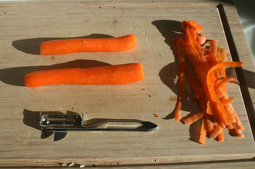 26 - Möhren schälen / Peel carrots