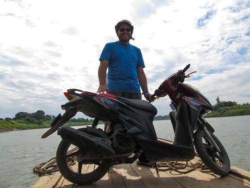 En route vers Inwa (ou comment mettre un scotter sur une barque)