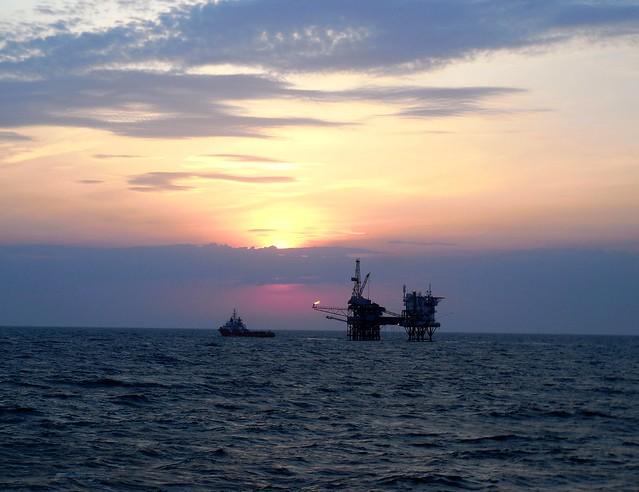 Oil platforms - Black, Nikon COOLPIX L610