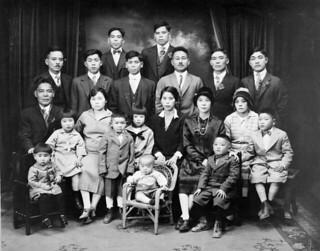 Okinawan family, Lethbridge, Alberta / Famille okinawaise, Lethbridge (Alberta)