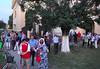 Nach dem Konzert treffen sich zahlreiche Billeder Landsleute von nah und fern vor der Kirche