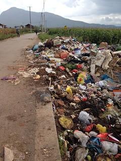 拉市海周邊的垃圾。攝影:詹嘉紋。