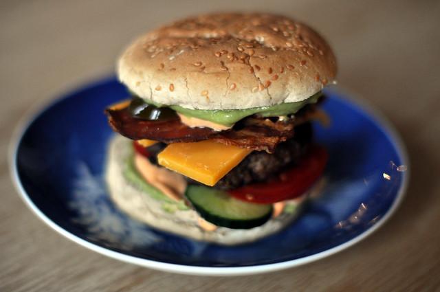 Burger med cheddar, bacon, guacamole og chipotlemayo