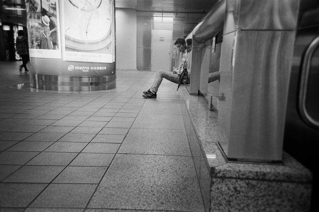 捷運台北火車站 / Lomo LC-A+ 2015/11/02 - 2015/11/04 第一卷 Lomo LC-A+ 拍的黑白底片。不像一般相機可以縮一點光圈,所以畫面都有點軟軟的,但這就是 Lomo 的特色啦,暗角!  大概花了兩天的時間在上下班通勤的時候隨意拍,挑幾張還不錯的畫面!  Lomo LC-A+ Kodak TRI-X 400 / 400TX 2939-0014 Photo by Toomore