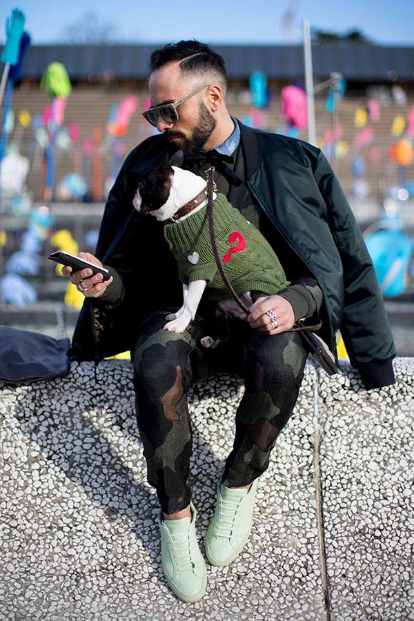 ダークグリーンブルゾン×デニムシャツ×黒蝶ネクタイ×迷彩ジャケット×パンツセットアップ×ライトグリーンスニーカー