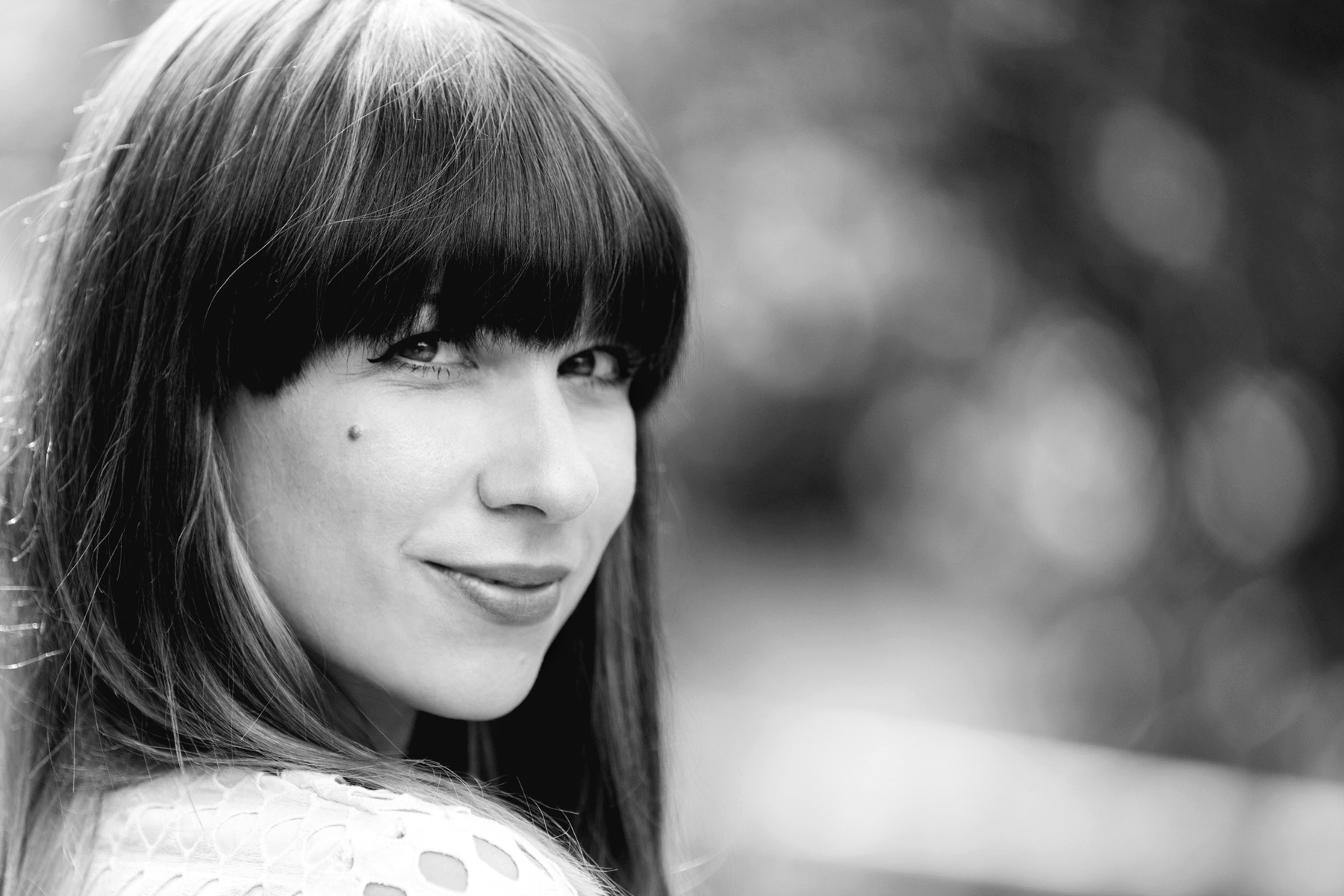 portrait black and white intense look summer smile respect happiness ricarda schernus bangs girl french german blogger düsseldorf hannover berlin modeblog 2