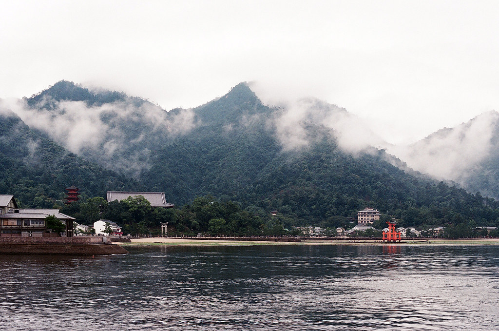 嚴島(Itsuku-shima)広島 Hiroshima 2015/08/31 搭船返回廣島最後一拍,大鳥居退潮了,上面很多人。  Nikon FM2 / 50mm AGFA VISTAPlus ISO400 Photo by Toomore