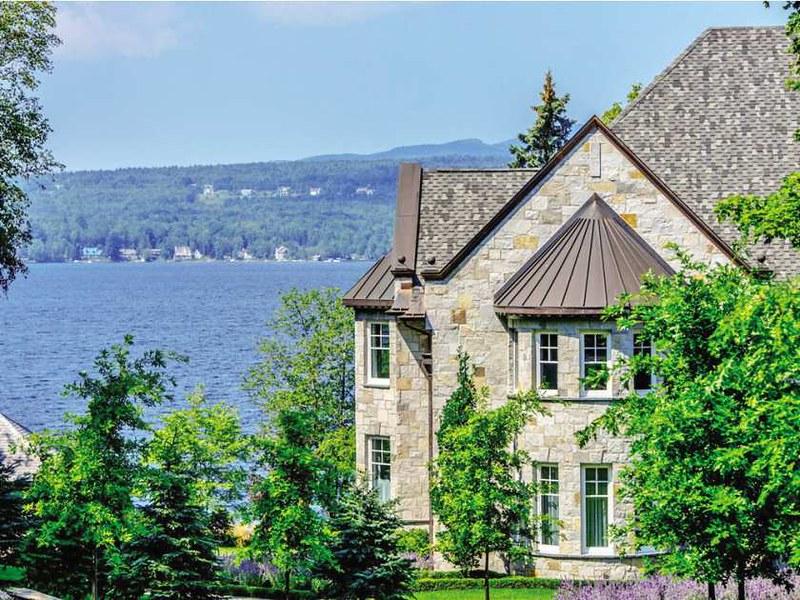Каменный дом у озера Мемфремейгог в Квебеке