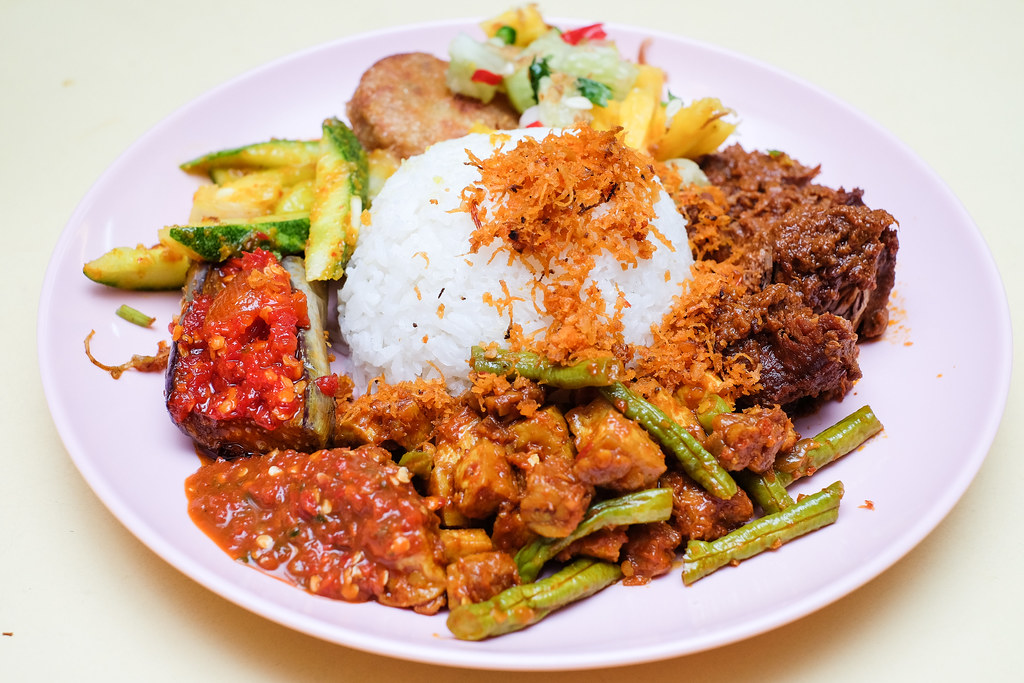 Cheap Places to Eat in Singapore: Enak Nasi Ambeng