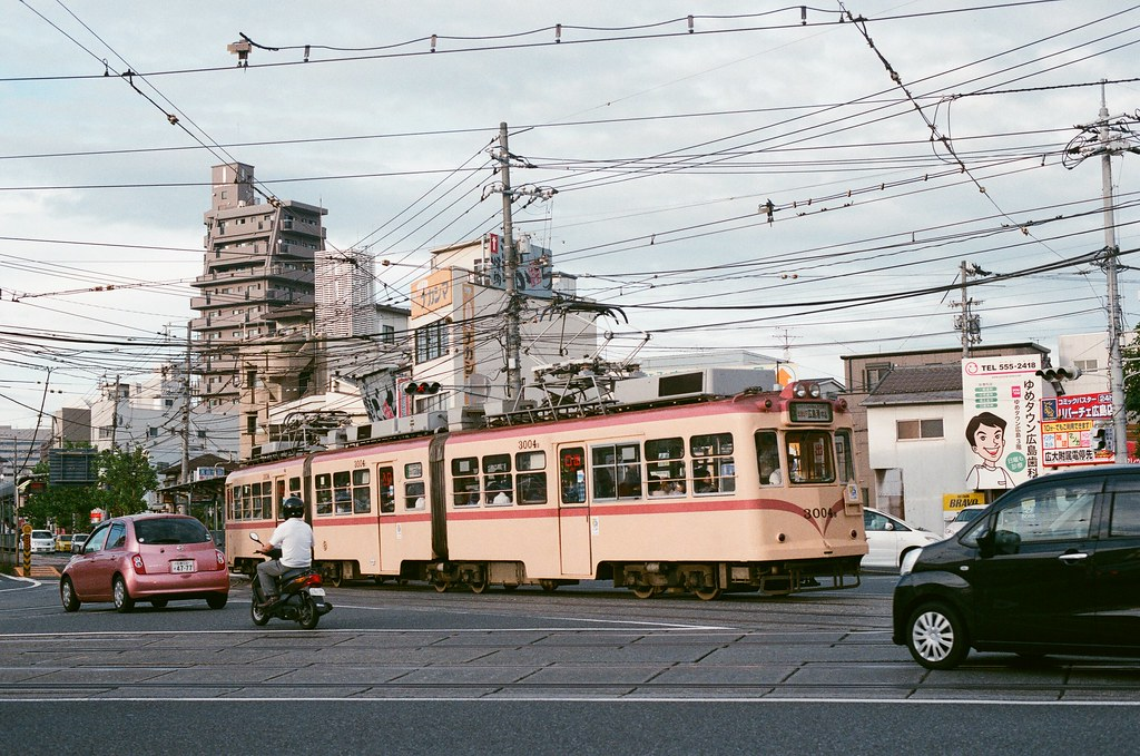 皆実町六丁目 広島 Hiroshima 2015/09/01 又一輛路面電車經過。  Nikon FM2 / 50mm AGFA VISTAPlus ISO400 Photo by Toomore