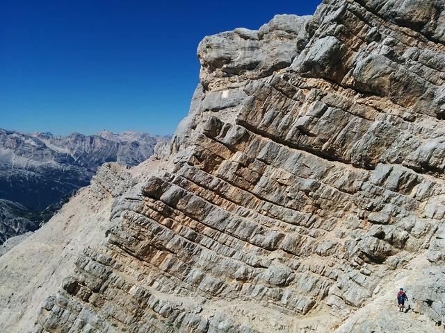 Interessanter Schichtenaufbau des Felsens