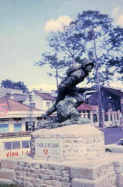 SAIGON 1970 - Tượng đài