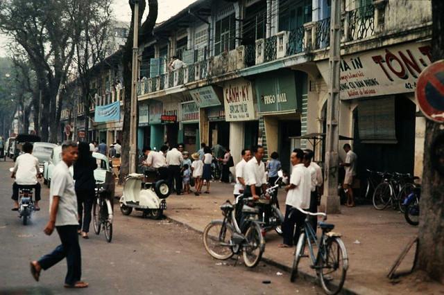 SAIGON 1967-68 - Photo by ARCHIE GORDON - Đường Pasteur, gần góc Pasteur-Hàm Nghi. Bìa phải là Nhà in TÔN THẤT LỄ