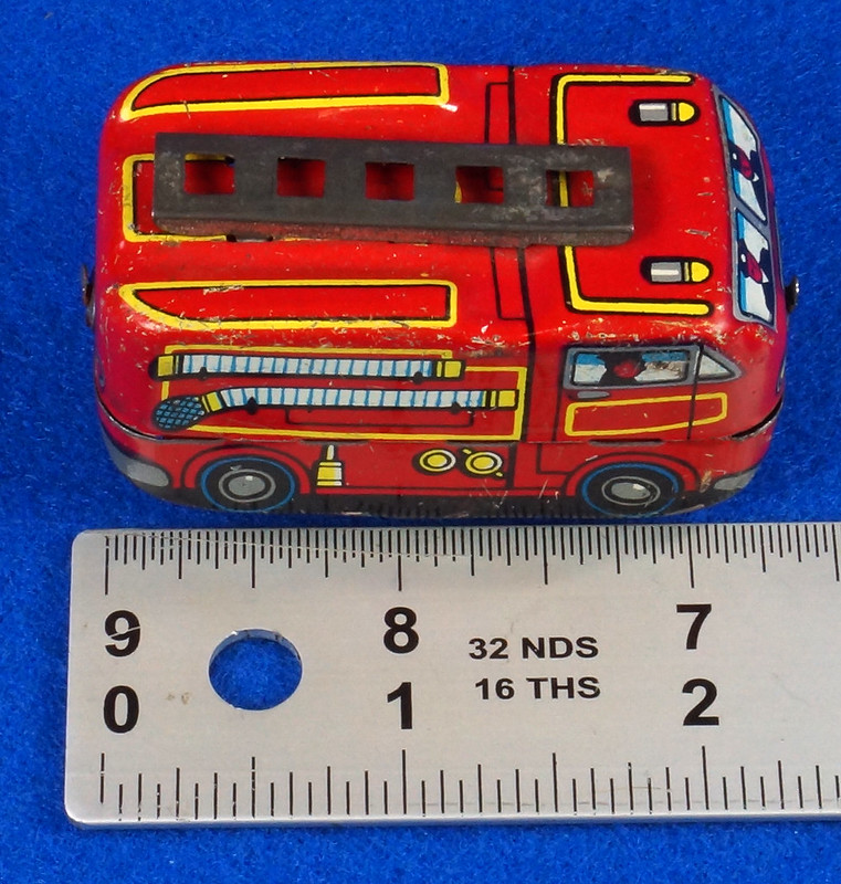 RD10081 Vintage Wind Up Tin Miniture Fire Truck Made in Japan DSC08362